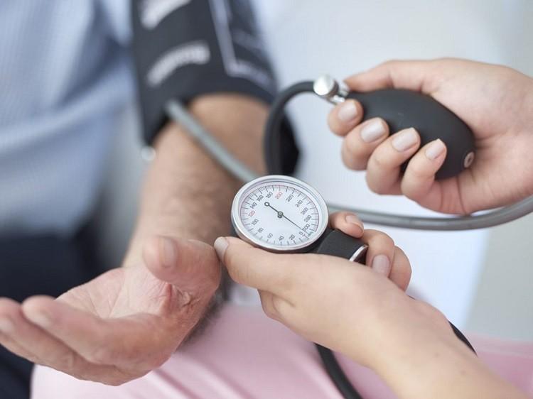 đo huyết áp ở bắp tay