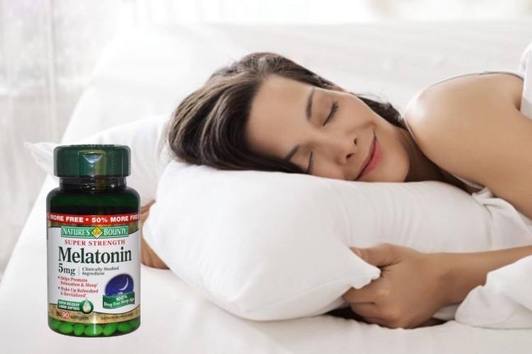 dùng Melatonin trước khi đi ngủ