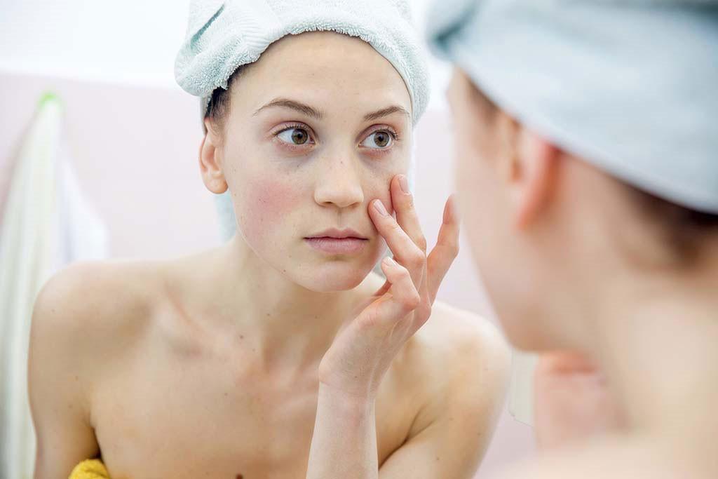 Tẩy trang giúp loại bỏ phần lớn các lớp mỹ phẩm kém chất lượng trên da