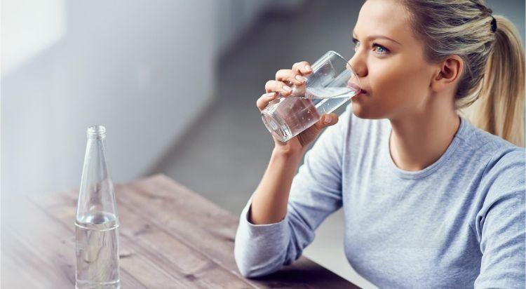 Uống ít nước là một yếu tố nguy cơ của sỏi thận