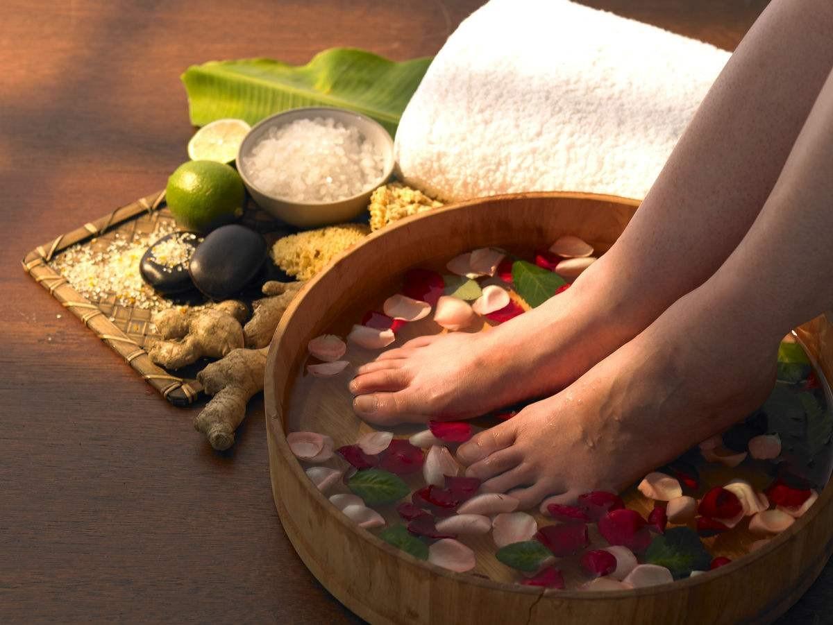 Ngâm chân với nước ấm pha gừng